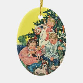 Ornement Ovale En Céramique Matin de Noël vintage, enfants ouvrant des cadeaux