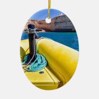 Ornement Ovale En Céramique Navigation jaune de bateau vers des roches à