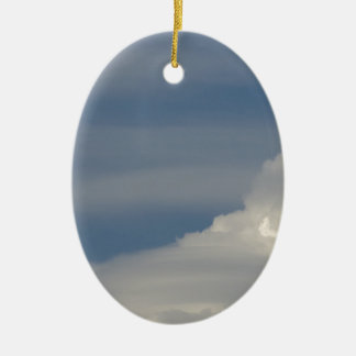 Ornement Ovale En Céramique Nuages blancs mous sur le fond de ciel bleu