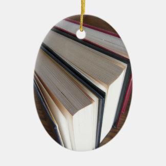 Ornement Ovale En Céramique Occasion réserve la position sur une table en bois