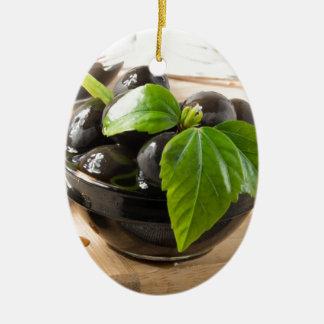 Ornement Ovale En Céramique Olives noires sur une table et des tasses en verre