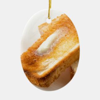 Ornement Ovale En Céramique Pain grillé chaud avec du beurre sur un plan