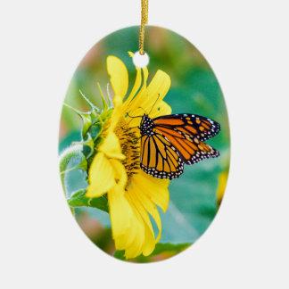 Ornement Ovale En Céramique Papillon sur un tournesol