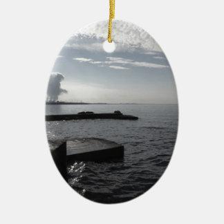 Ornement Ovale En Céramique Paysage industriel le long de la côte polluant