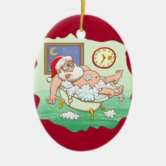 Ornement Ovale En Céramique Père Noël épuisé prenant un bain après la