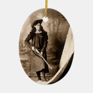 Ornement Ovale En Céramique Photo vintage de Mlle Annie Oakley Holding un