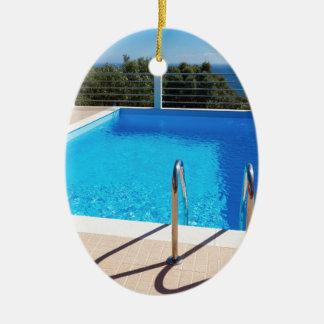 Ornement Ovale En Céramique Piscine bleue avec des étapes en mer