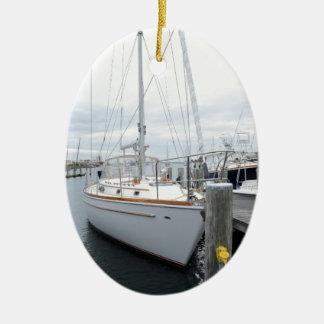 Ornement Ovale En Céramique voilier dans le port