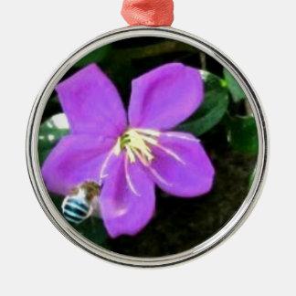 Ornement Rond Argenté Abeille et fleur bleues