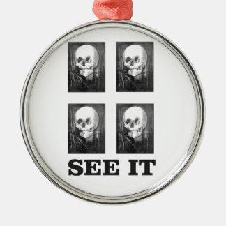 Ornement Rond Argenté art de quatre crânes
