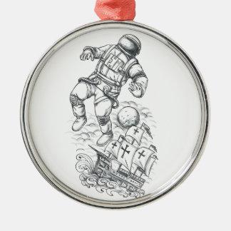 Ornement Rond Argenté Astronaute attaché au tatouage de caravelle