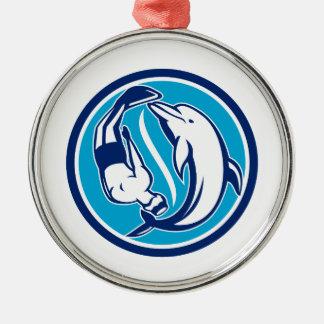 Ornement Rond Argenté Cercle libre de Yin Yang de plongeur et de dauphin