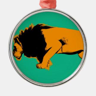 Ornement Rond Argenté Chat contre le lion prêt à combattre ou prendre