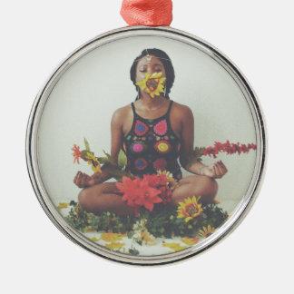 Ornement Rond Argenté Conception florale de méditation de Sha Davis