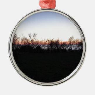 Ornement Rond Argenté Coucher du soleil de mer avec la silhouette