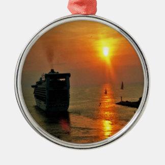 Ornement Rond Argenté Coucher du soleil sur un bateau de croisière