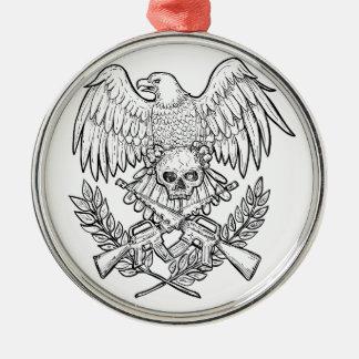 Ornement Rond Argenté Dessin de fusil d'assaut de crâne d'Eagle