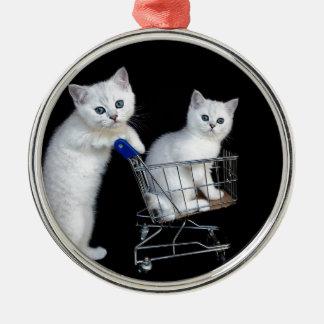 Ornement Rond Argenté Deux chatons blancs avec le caddie sur black.JPG