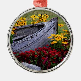 Ornement Rond Argenté Disposition des fleurs et d'un bateau en bois