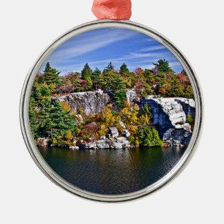 Ornement Rond Argenté Feuillage d'automne autour de lac Minnewaska