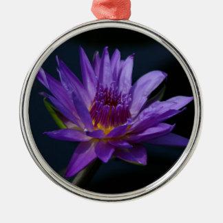 Ornement Rond Argenté Fleur pourpre et jaune de nénuphar de Lotus