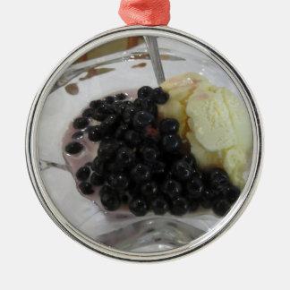 Ornement Rond Argenté Glace à la vanille avec les myrtilles non
