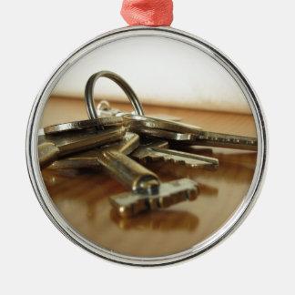 Ornement Rond Argenté Groupe de clés usées de maison sur la table en