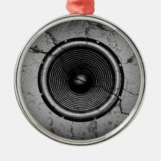 Ornement Rond Argenté Haut-parleur de musique sur un mur criqué