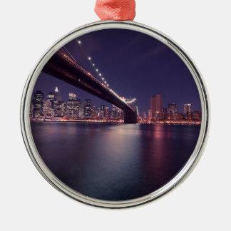 Ornement Rond Argenté Horizon de nuit de pont de New York City Brooklyn