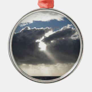 Ornement Rond Argenté Le ciel avec les cumulonimbus et le soleil de