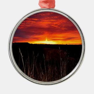 Ornement Rond Argenté Le feu dans le ciel au lever de soleil