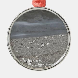 Ornement Rond Argenté Le plan rapproché de la plage de sable avec la mer