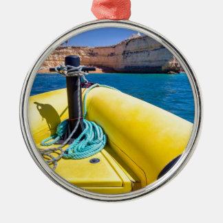 Ornement Rond Argenté Navigation jaune de bateau vers des roches à