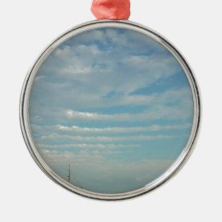 Ornement Rond Argenté nuages d'ondulation de ciel bleu