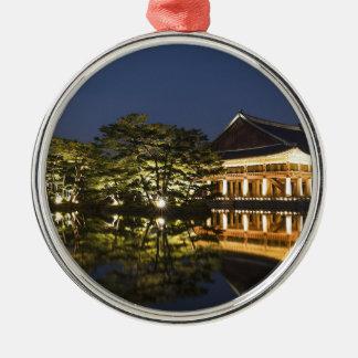 Ornement Rond Argenté Paysage asiatique et palais
