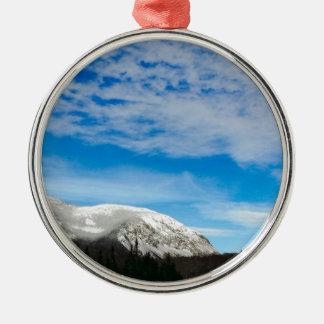 Ornement Rond Argenté Paysage blanc de ciel bleu de montagne