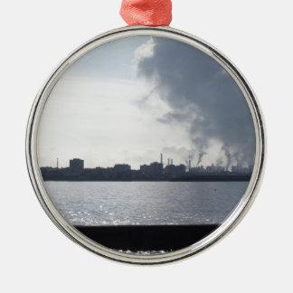 Ornement Rond Argenté Paysage industriel le long de la côte polluant