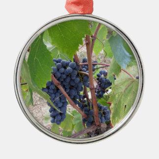 Ornement Rond Argenté Raisins rouges sur la vigne avec le feuille vert