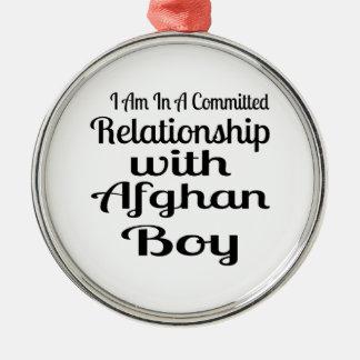 Ornement Rond Argenté Rapport avec le garçon afghan