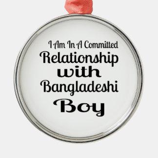 Ornement Rond Argenté Rapport avec le garçon bangladais