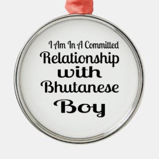 Ornement Rond Argenté Rapport avec le garçon bhoutanais