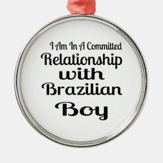 Ornement Rond Argenté Rapport avec le garçon brésilien
