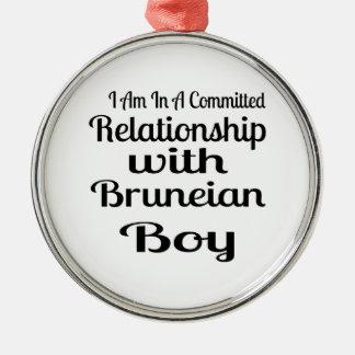 Ornement Rond Argenté Rapport avec le garçon de Bruneian