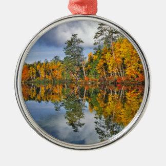 Ornement Rond Argenté Réflexions d'étang d'automne, Maine