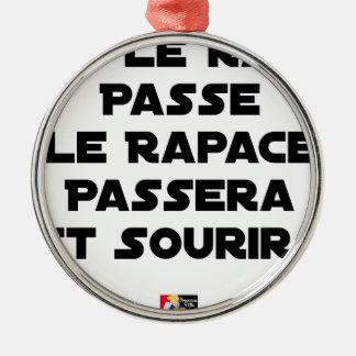 ORNEMENT ROND ARGENTÉ SI LE RAT PASSE, LE RAPACE PASSERA ET SOURIRA