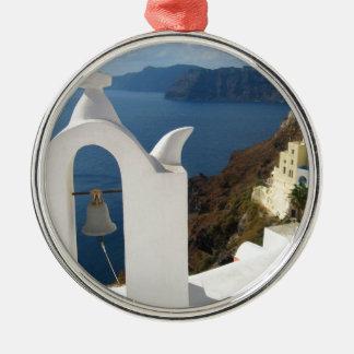Ornement Rond Argenté Tour de Santorini Bell pendant l'après-midi Sun