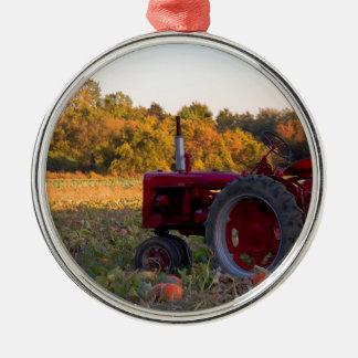 Ornement Rond Argenté Tracteur dans un domaine de citrouille