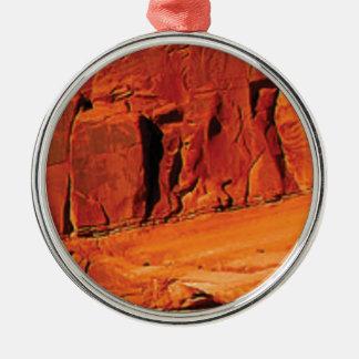 Ornement Rond Argenté visage de la roche rouge