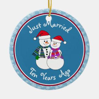 Ornement Rond En Céramique 10ème Noël de couples de neige d'amusement de