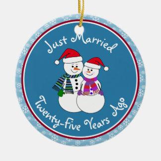 Ornement Rond En Céramique 25ème Noël de couples de neige d'amusement de